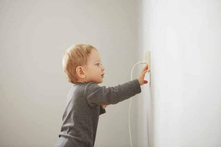 Érintésvédelem : Zalán 2,5 éves, megrázta az áram, és nem kér bocsánatot a vállalkozó!